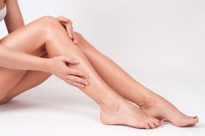 Spezielle Cremes verlangsamen das Haarwachstum für länger glatte Haut